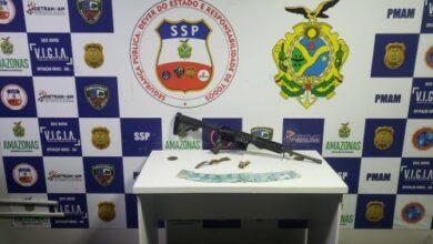 Foto de Policiais da Base Arpão prendem três homens e apreendem fuzil em embarcação